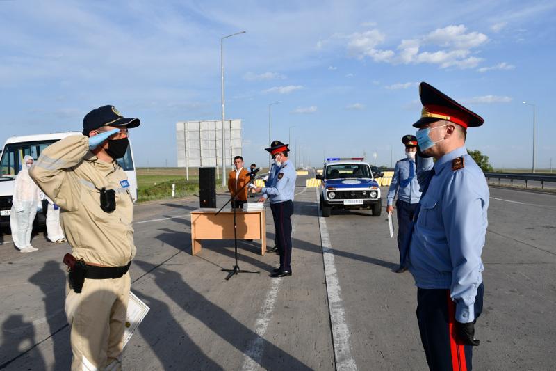 Отличившимся на блок-постах акмолинским полицейским вручены награды