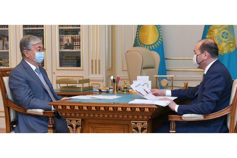 托卡耶夫总统接见总检察长努尔达吾列托夫