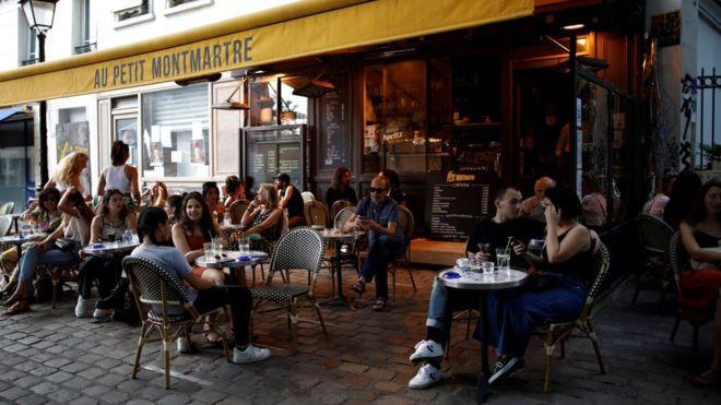 Коронавирус: во Франции открылись бары; в Британии почти 50 тысяч умерших