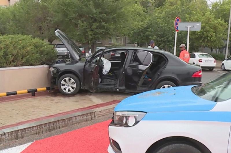 Автомобиль с выпускниками протаранил ограждение возле акимата в Караганде