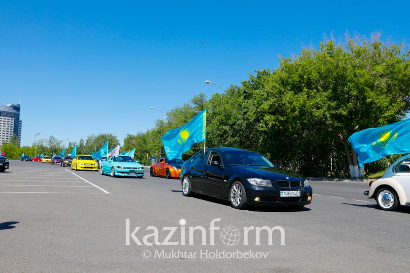 首都举行汽车巡游庆祝国家象征日