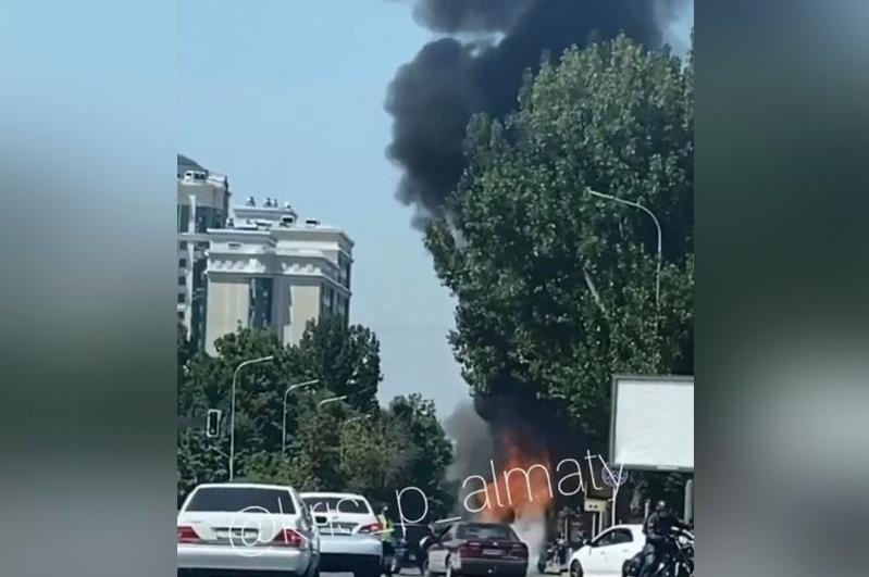 Пассажирский автобус горит в Алматы