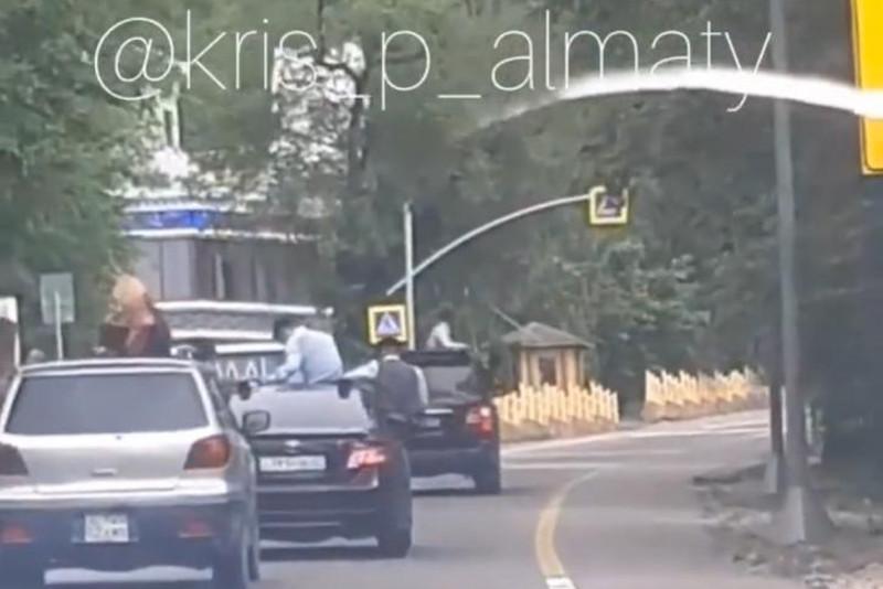 Алматыда мектеп бітіруші түлектердің кортежі жол ережесін бұзған