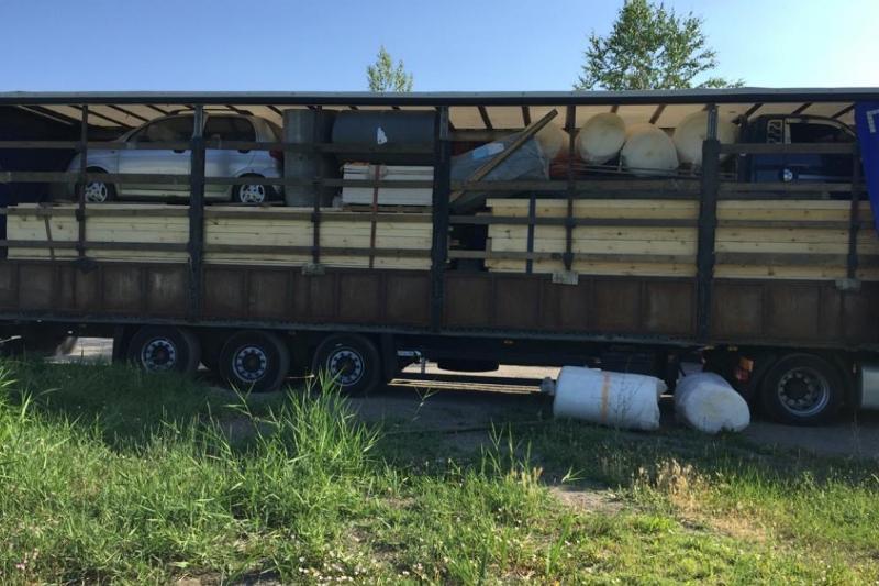 Контрабандные авто пытались вывезти из Казахстана в грузовике с пиломатериалами