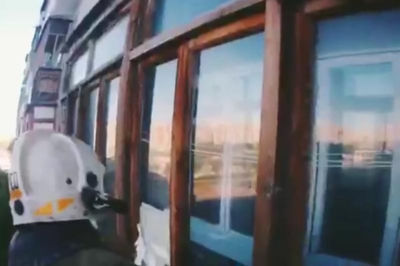 В Экибастузе пьяный отец уснул в квартире с маленьким ребенком – дверь вскрывали спасатели