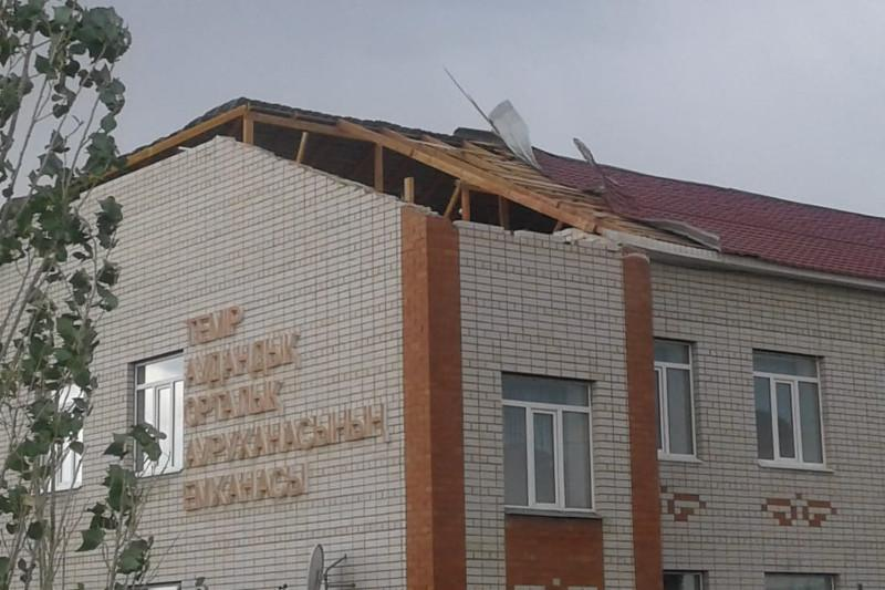 Крыши зданий и линии электропередач повредил сильный ветер в Актюбинской области
