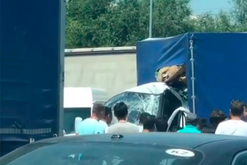 ДТП в Алматы: «Газель» на полном ходу врезалась в фуру