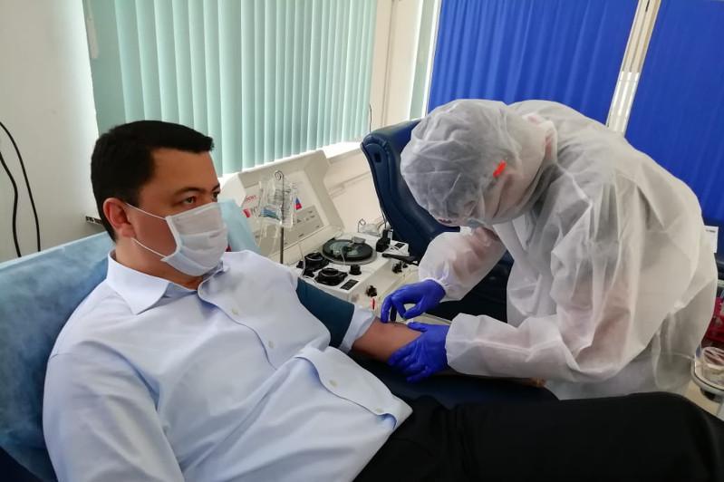 Камалжан Надыров коронавирусқа қарсы антиденеге қан тапсырды