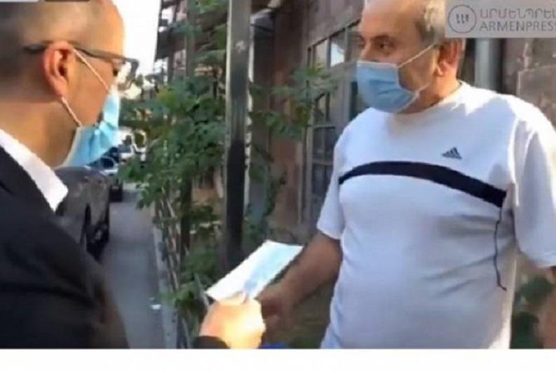 Арменияда министрлер көшеде азаматтарға медициналық маска таратуда
