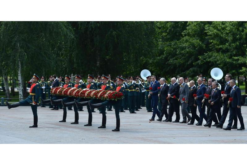 Тоқаев Қызыл алаңдағы әскери парадқа қатысып, Белгісіз солдаттың қабіріне гүл шоғын қойды
