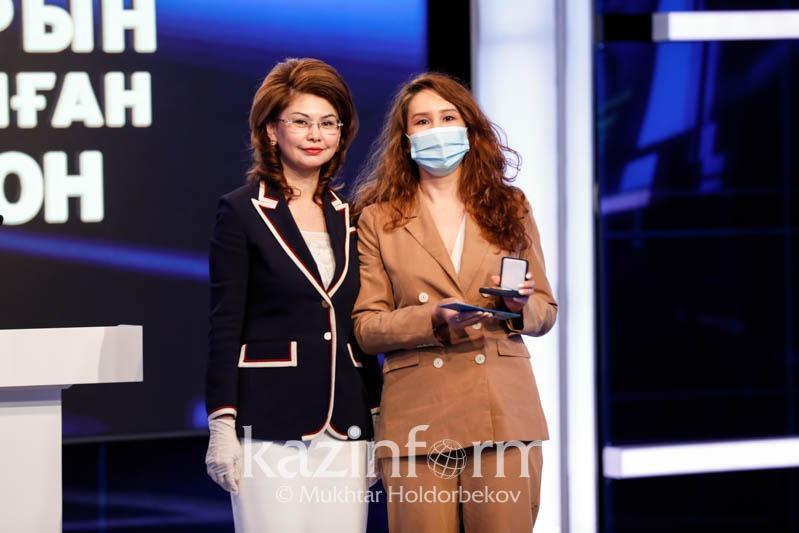 Аида Балаева вручила работникам СМИ нагрудный знак «Ақпарат саласының үздігі»