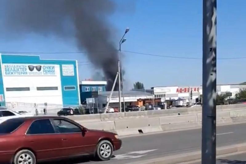 Пожар в районе барахолки произошел в Алматы
