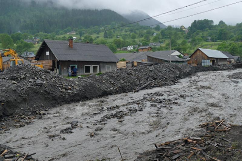 Украинаның батысында 550 үй су астында қалды, 83 көпір қирады