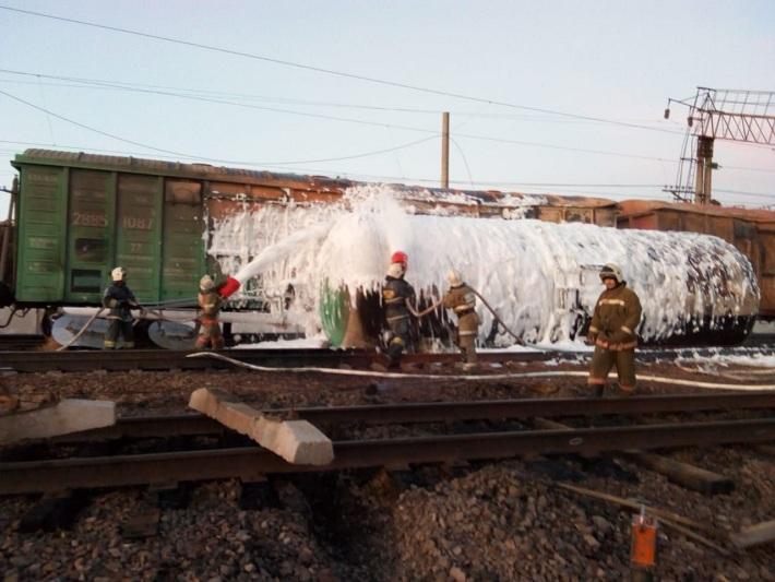 Пожар вспыхнул из-за разлива ГСМ на ж/д станции Шокпар
