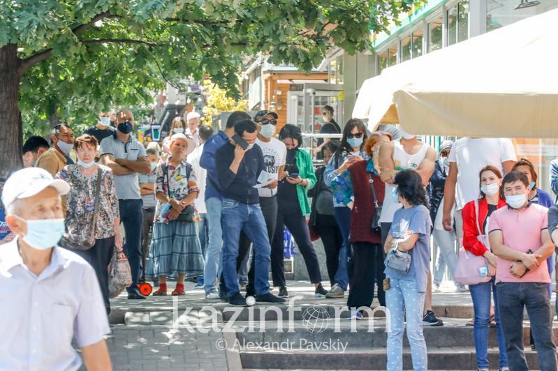 Очереди в пунктах сдачи тестов на коронавирус и аптеках Алматы