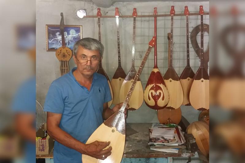 Тысячу домбр за 25 лет изготовил учитель из Семея
