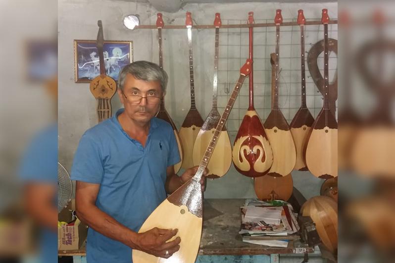 来自塞梅的手工匠人在25年间制作了上千个冬不拉