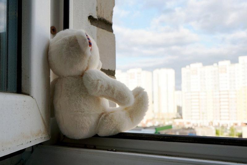 Двухлетняя девочка выпала из окна в Караганде