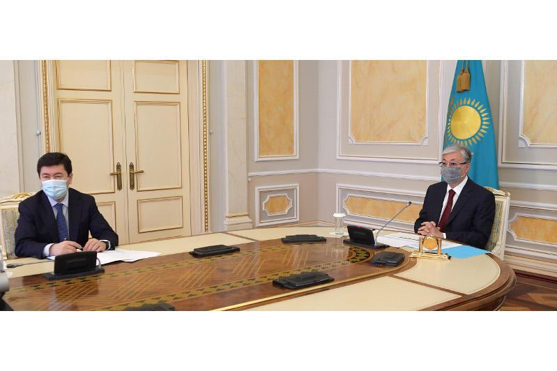 托卡耶夫总统听取央行总结汇报
