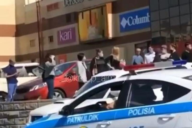Людей эвакуируют из ТРЦ в Алматы