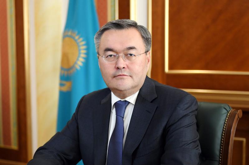 外交部长向哈萨克斯坦外交人员致以职业节日祝贺