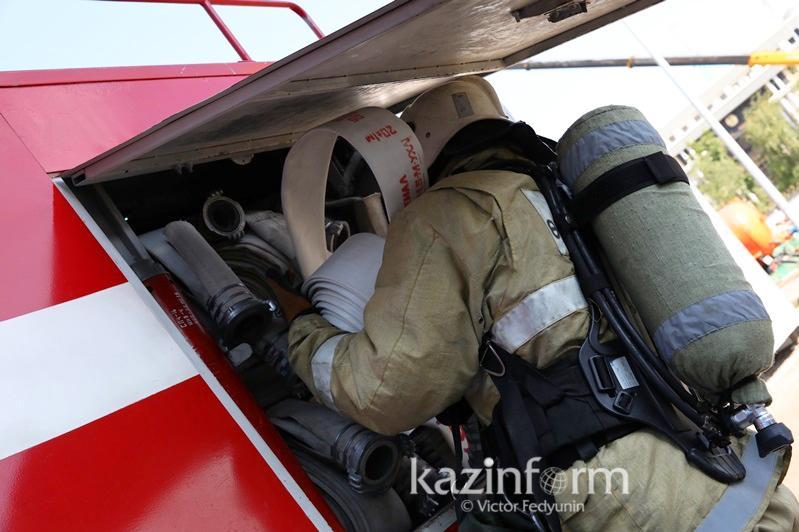 Пожарные в Павлодарской области вынесли из огня два газовых баллона