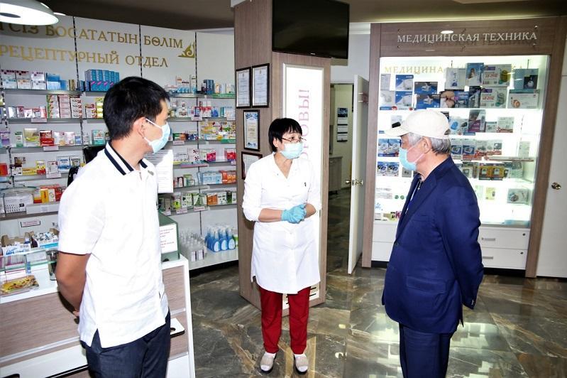 Бердібек Сапарбаев Тараздағы бірқатар дәріханаларды аралады