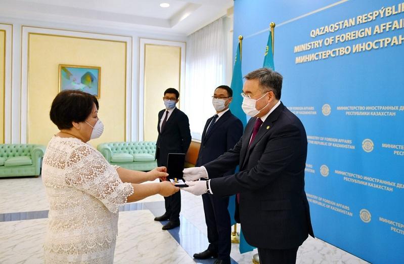 Почетные грамоты Президента РК и свидетельства дипломатических рангов вручили в МИД РК