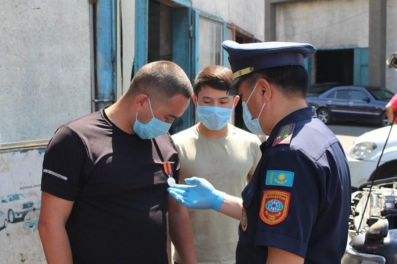 Мужчину наградили в Алматинской области за спасение утопающего