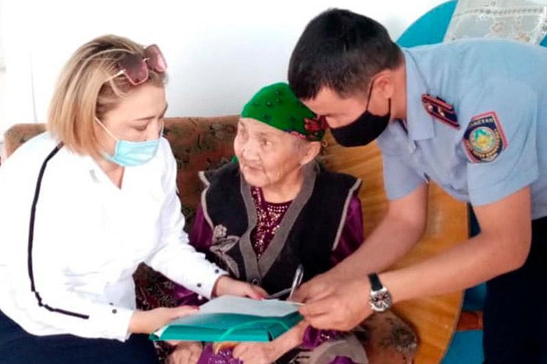 СҚО-да 101 жастағы кейуанаға жаңа куәлік үйіне жеткізіліп берді