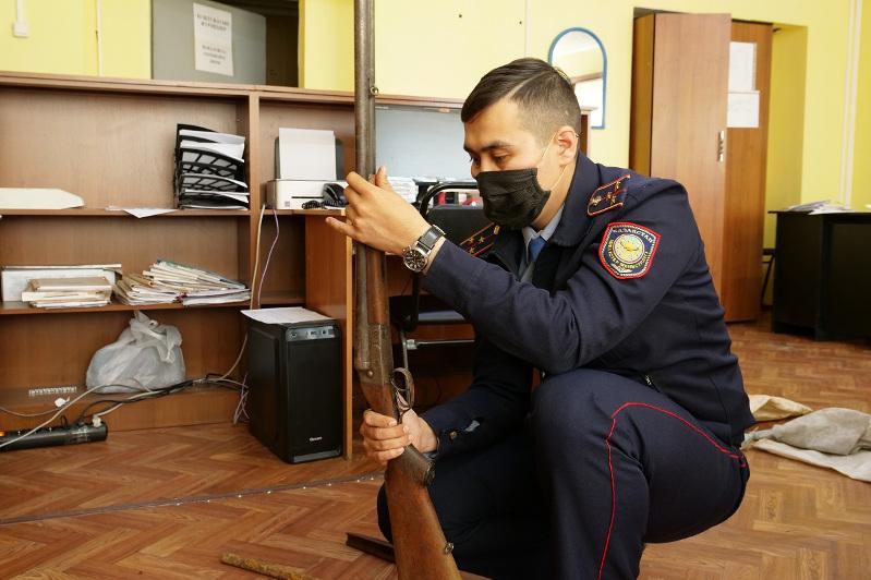 Четыре ружья и обрез нашел в подвале дома житель СКО