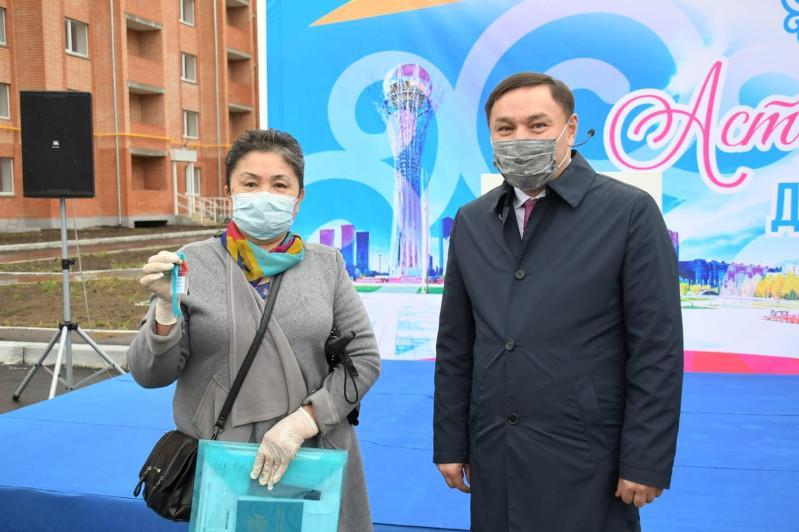 Astana kúni qarsańynda kókshetaýlyq kópbalaly otbasylar baspanaly boldy