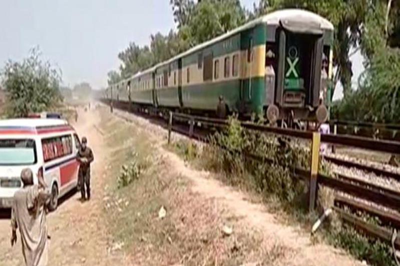 Пәкістанда пойыз автобуспен соқтығысып, 19 адам қаза тапты