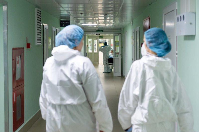 Волонтеров-медиков привлекают к работе в госпиталях в Алматы