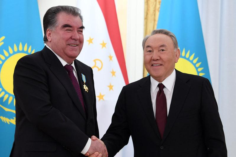 Эмомали Рахмон поздравил Нурсултана Назарбаева с 80-летием