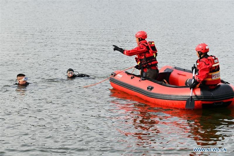 Автобус упал в озеро в Китае, 21 человек погиб