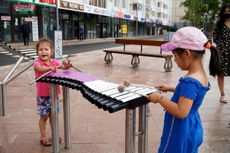 Рояль и лавки с нотами установили в столичном сквере