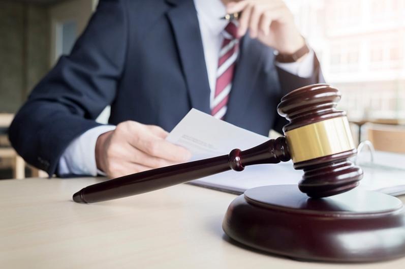 Пара беруге итермелеген адвокаттар ұсталды