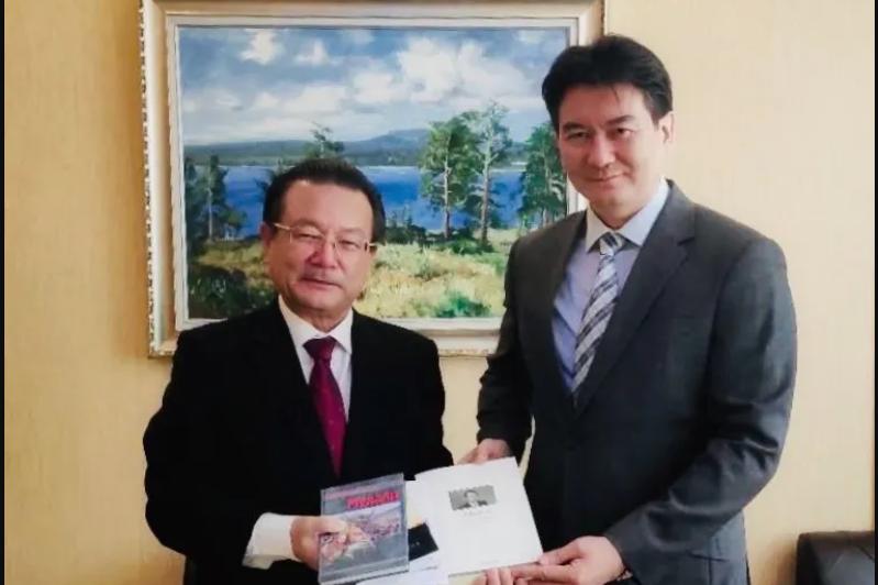 驻华大使会见中国哈萨克族作家克拜尔•米吉提