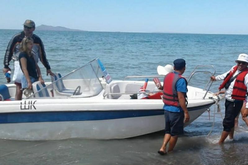 Катер с отдыхающими сломался в 15 км от берега на Алаколе
