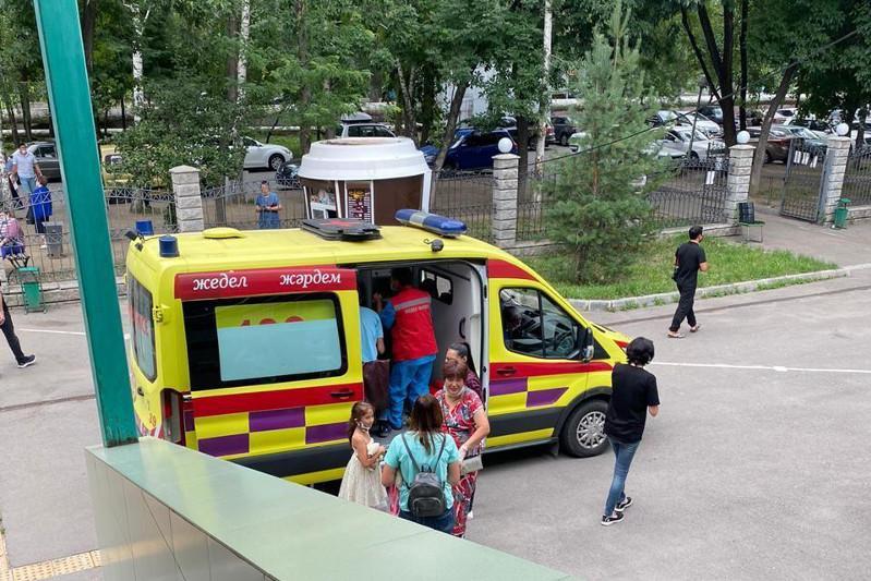Almatyda halyqqa qyzmet kórsetý ortalyǵynda júkti áıel bosanyp qaldy