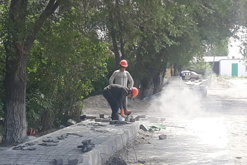 Подрядчики из разных городов РКблагоустраивают дворы в Семее