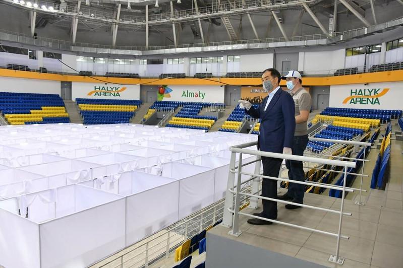 На днях здесь примут первых пациентов - аким Алматы посетил госпиталь на Halyk Arena