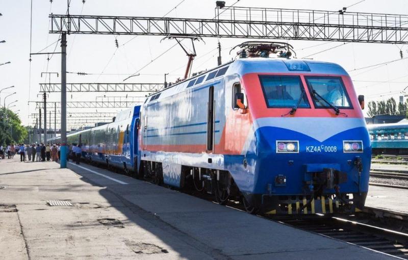 Движение трех поездов приостановили в Атырау