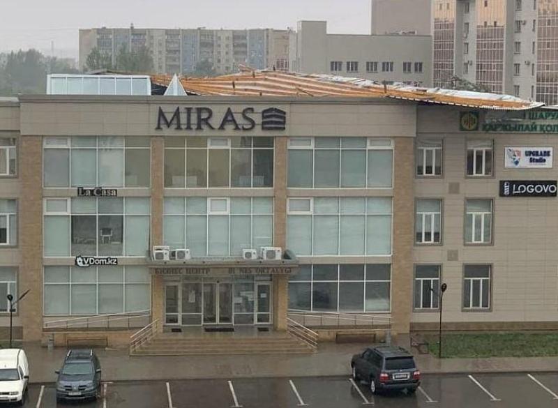 Ураган сорвал кровлю зданий и домов в Караганде