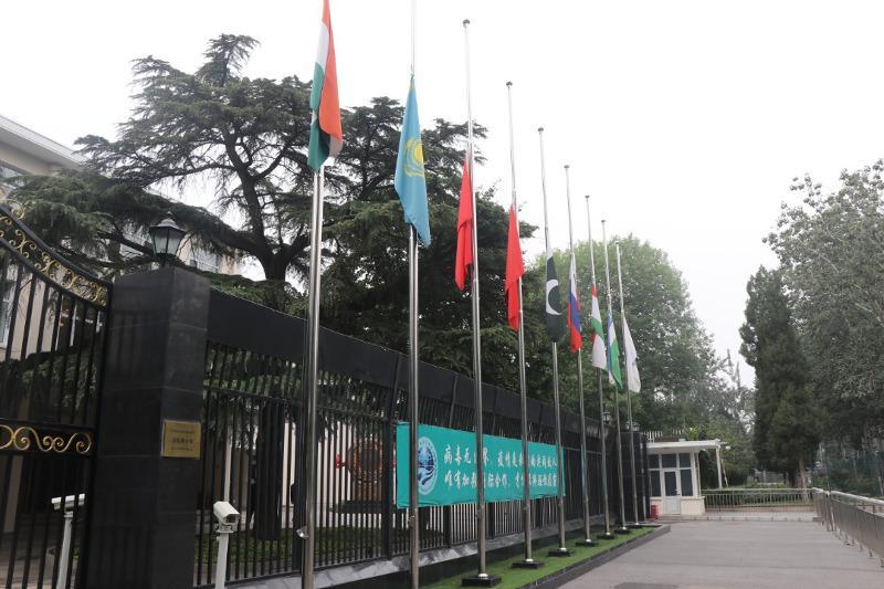В штаб-квартире ШОС приспустили флаги в знак траура по жертвам коронавируса в Казахстане