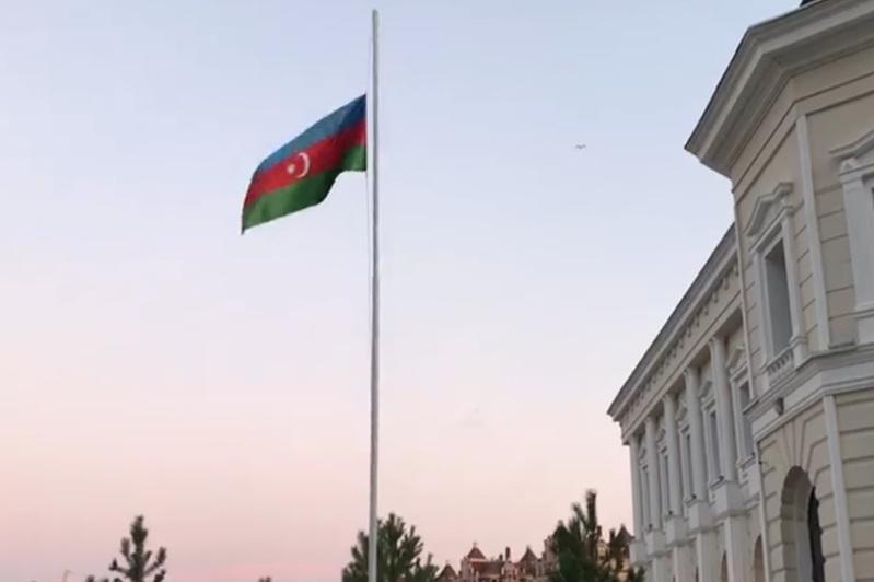 В Посольстве Азербайджана приспущен флаг в знак солидарности с народом Казахстана