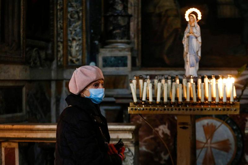 Как чтили память жертв коронавируса в мире