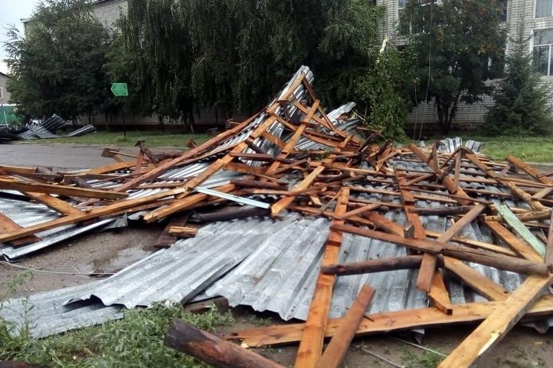 Сильный ветер сорвал кровлю со здания спортивной школы в ВКО
