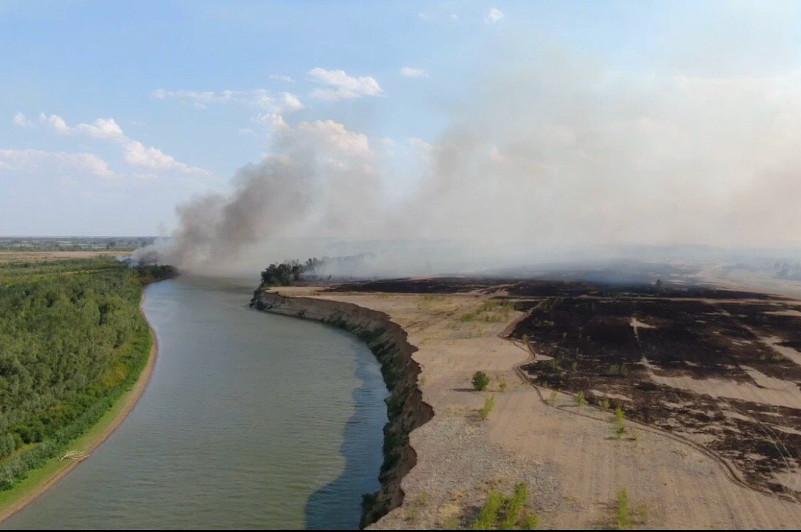 Из-за лесных пожаров загорелось село в Акжаикском районе ЗКО
